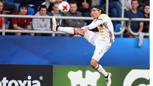 Bellerín (22), recibe un balón durante el partido ante Portugal.