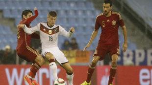 Isco y Busquets presionan a Kroos en el amistoso España-Alemania de...