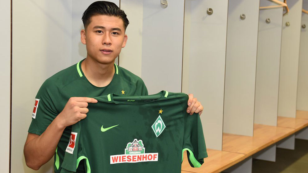 Yuning Zhang posa con la camiseta del Werder Bremen