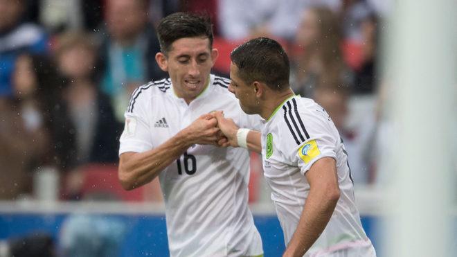 Héctor Herrera celebra con Hernández Balcazar.
