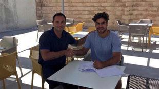 Abdón, durante la firma de su contrato con el club bermellón.
