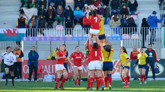 España disputando una touch frente a Gales en el amistoso de...