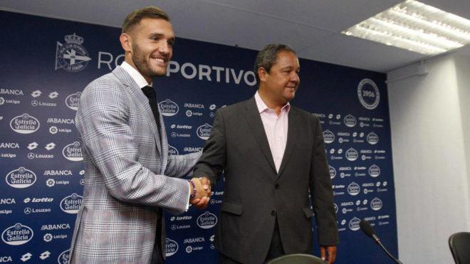 Lucas Pérez estrecha la mano de Tino Fernández en su despedida