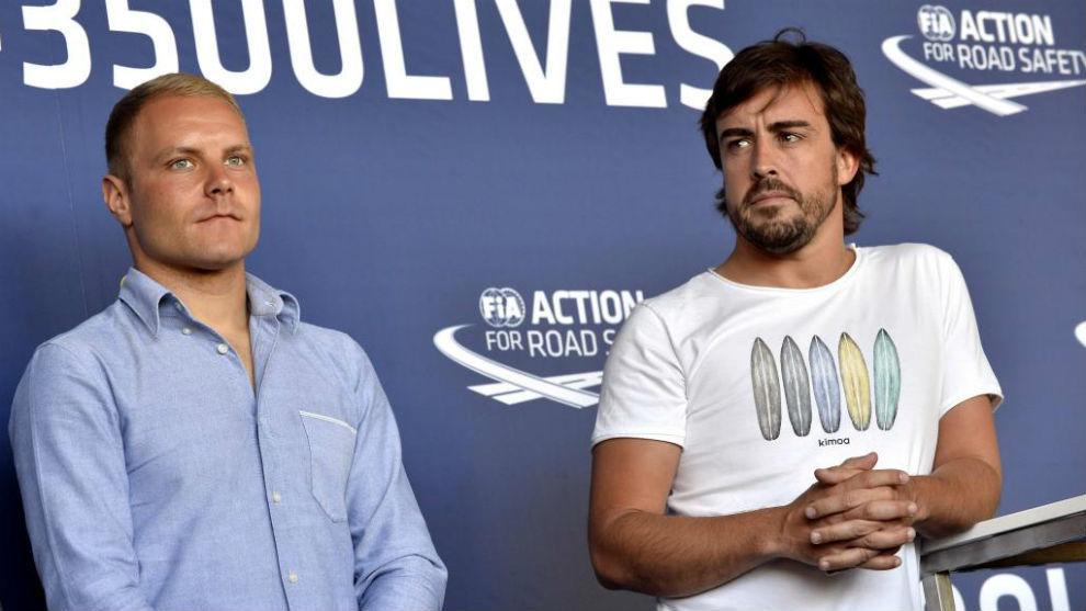 Valtteri Bottas y Fernando Alonso en una conferencia este miércoles...