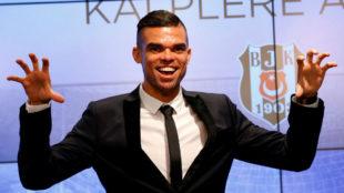 Pepe en su presentaci�n con el Besiktas.