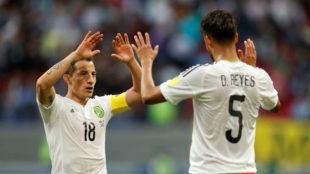 Guardado, salud�ndose con Diego Reyes
