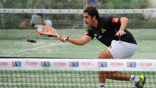 Martín Sánchez devuelve una bola.