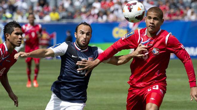 Donovan y Chen pugnan por el balón en la final de la Copa Oro de...