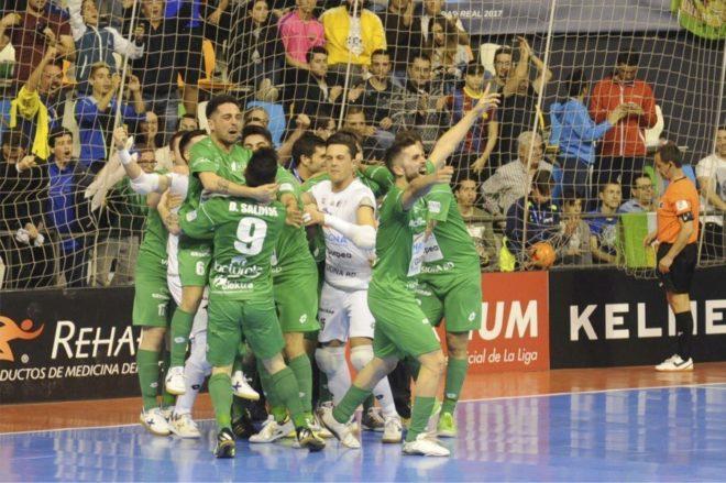 Los jugadores del Magna Gurpea celebran su victoria en cuartos de...
