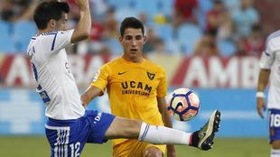 Pere Milla (24) disputa un balón con Lanzarote