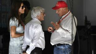 Niki Lauda charla con Bernie Ecclestone y Fabiana Ecclestone en el...