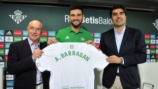 Barrag�n posa con Serra y Haro