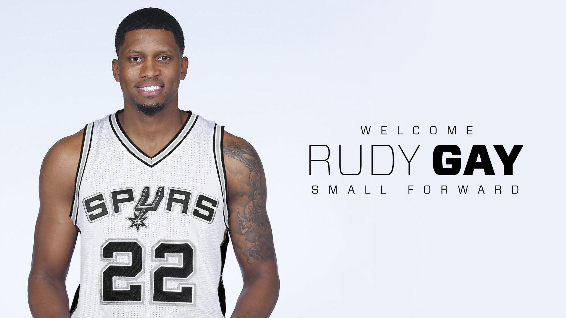 Rudy Gay posa como nuevo jugador de los Spurs