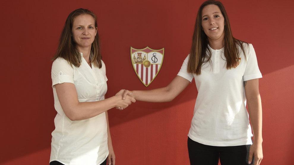 Jenni Morilla da la mano a Amparo Gutiérrez tras firmar su...