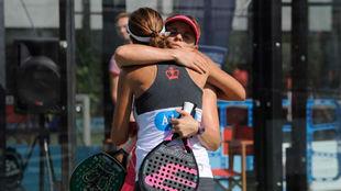 Cata Tenorio y Marta Marrero se abrazan tras ganar su partido.