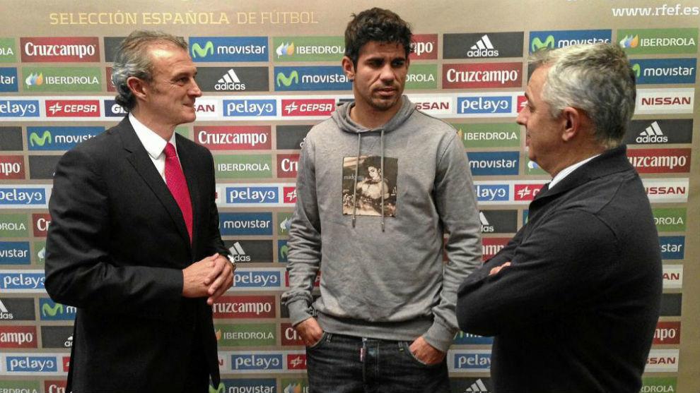 El doctor Celada y el doctor Villalón, conversando con Diego Costa
