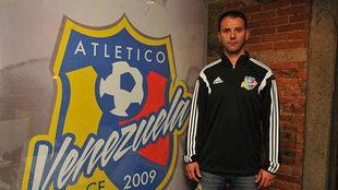 Álex Pallarés posa con el escudo del Atlético Venezuela.