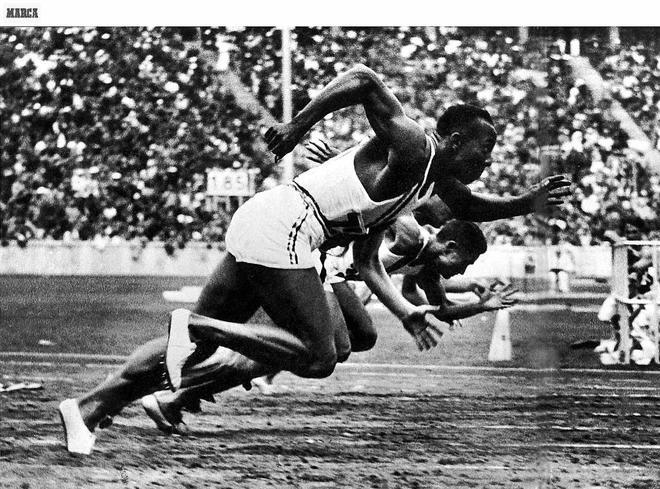 Jesse Owens tras el pistoletazo de salida de los Juegos Olímpicos de...