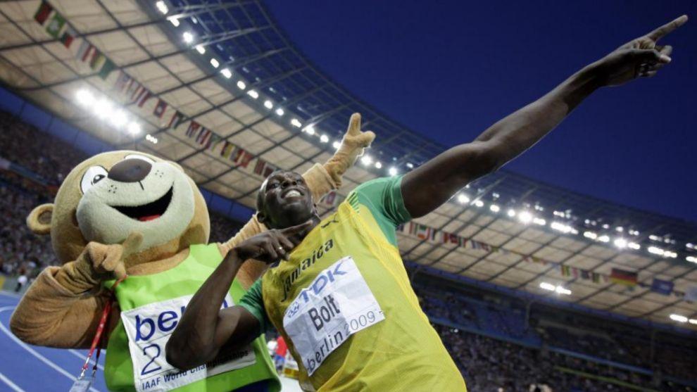 Usain Bolt celebrando con Berlino su oro en la final de los 200m del...