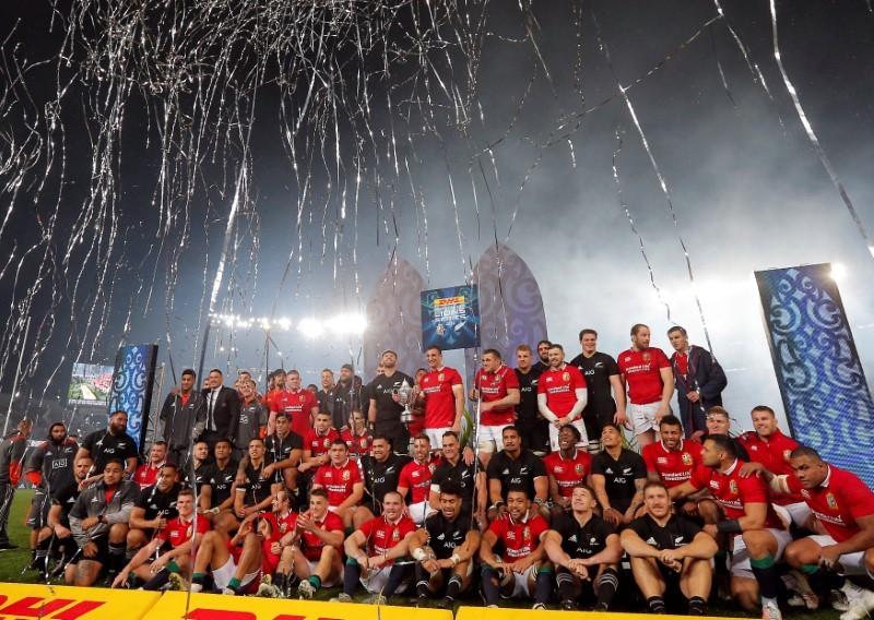 Los jugadores de ambas escuadras celebran el final de la Serie de los...