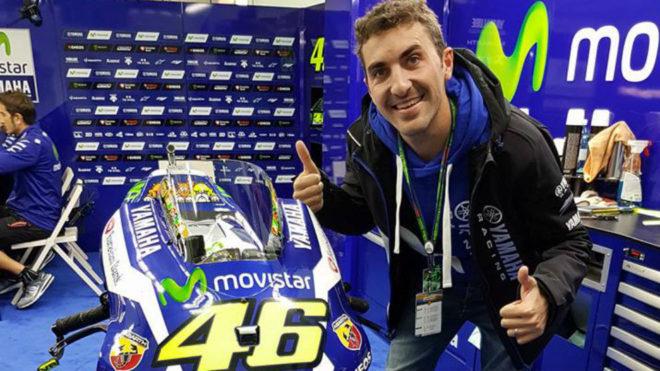 Sauri posa junto a la moto de Rossi en Cheste en 2016.