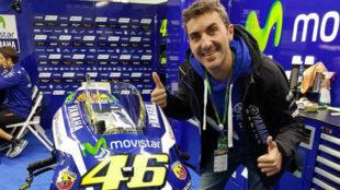 Saur� se hace una foto con la moto de Rossi en Cheste en 2016.