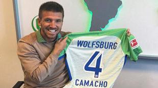 Camacho posa con la camiseta del Wolfsburgo.
