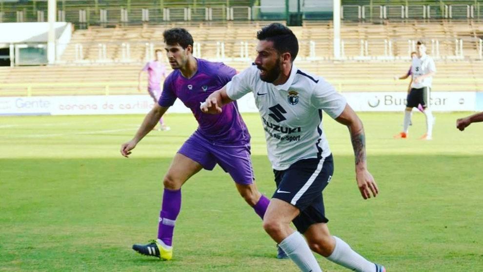 Adrián, durante un partido con el Burgos.