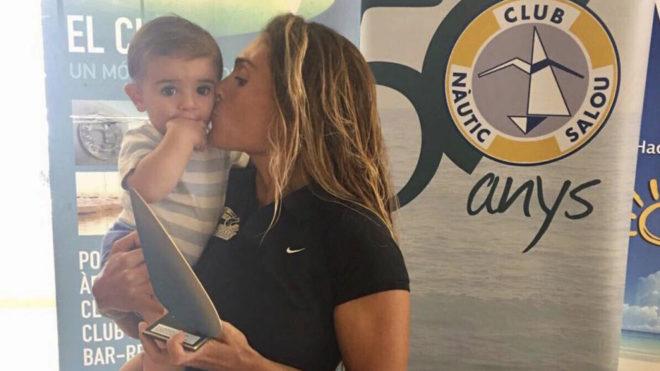 Blanca Manchón con su hijo Noah recibiendo el trofeo de campeona del...