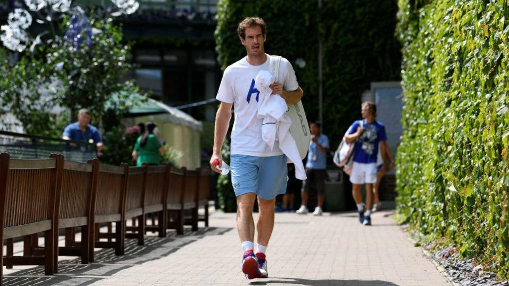 Andy Murray se dirige a un entrenamiento en el All England Club.