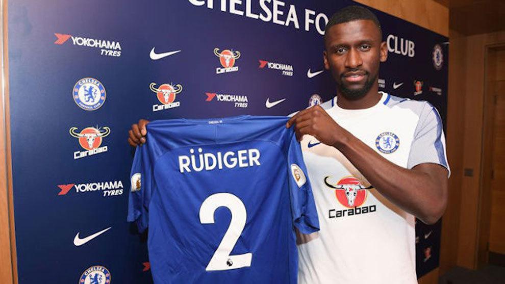 Rüdiger posa con la camiseta del Chelsea