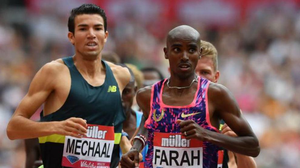 Adel Mechaal y Mo Farah durante corren los 3.000 metros en Londres.