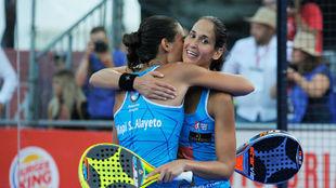 Majo y Mapi Sánchez Alayeto se abrazan tras ganar el torneo de Mijas.