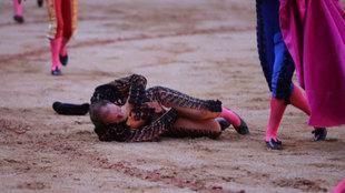 El banderillero Pablo Saugar en el suelo tras sufrir la cogida.