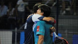 Franco Stupaczuk y Cristian Gutiérrez se abrazan tras ganar un...