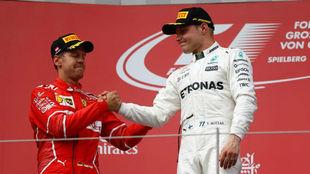 Vettel da la enhorabuena a Bottas por su victoria.