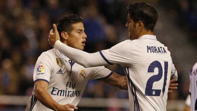 James y Morata se abrazan tras un gol.