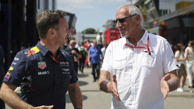 Christian Horner y Dietrich Mateschitz charlan en el pasado GP de...