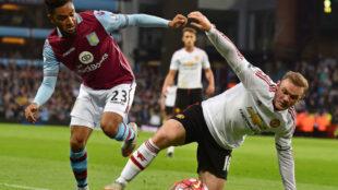 Amavi, en el Aston Villa, junto a Rooney.