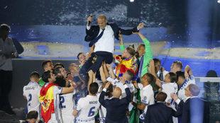 Zidane, manteado por sus jugadores en la celebración de la...