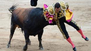 Manuel Escribano se llevó un susto en la corrida de este lunes.