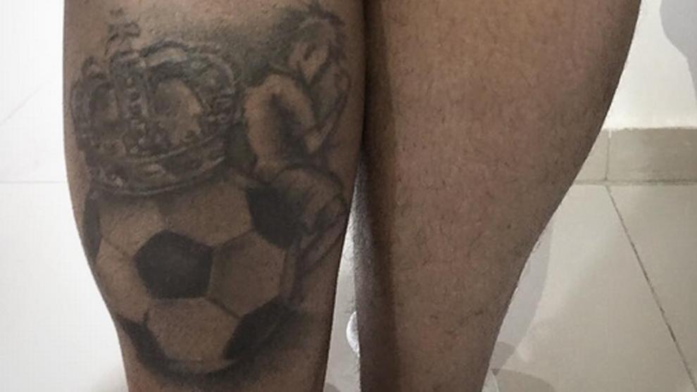 Neymar ha vuelto a confiar su último tatuaje al famoso tatuador Adao...