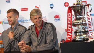 Arsene Wenger (67), junto a Per Mertesacker durante una conferencia de...