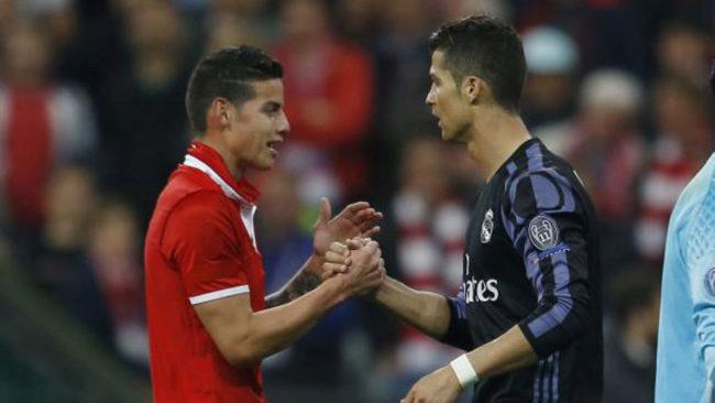 James, con una camiseta del Bayern, saluda a Cristiano tras el...