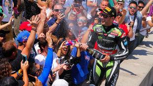 Jonathan Rea celebra su triunfo en Laguna Seca