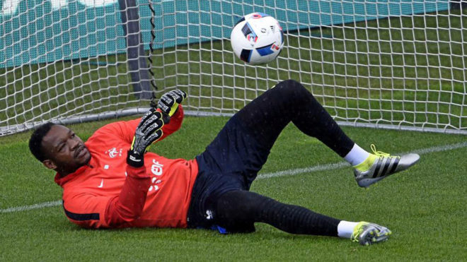 Steve Mandanda en un entrenamiento con la selección francesa.