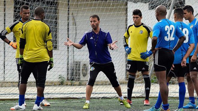 Álex Pallarés da indicaciones en un entrenamiento del At. Venezuela.