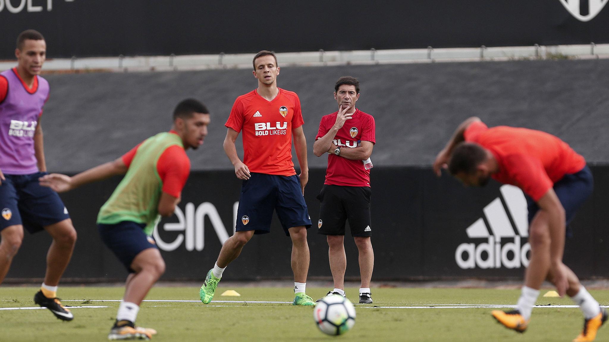Marcelino (al fondo) en su primer entrenamiento con el Valencia