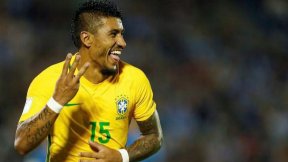 Paulinho celebrando un gol con Brasil