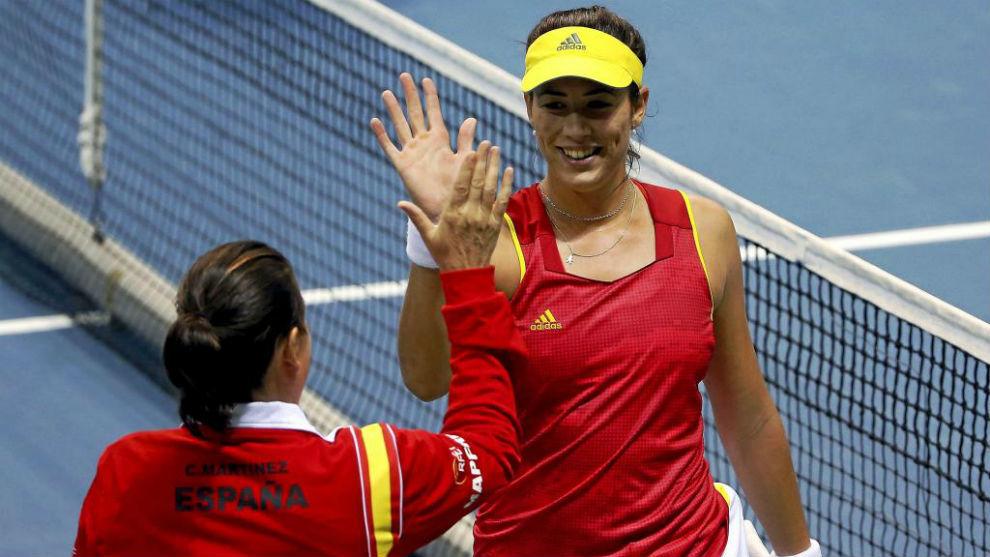 Conchita Martínez y Garbiñe Muguruza se saludan tras un partido de...